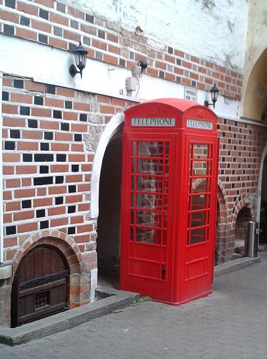Į vidų patenkama pro šią raudoną telefono būdelę.