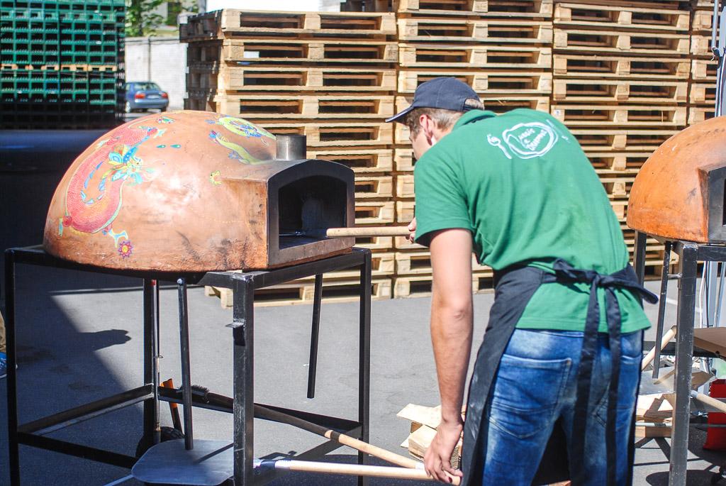 Jurgis ir Drakonas kepė picas tikrose krosnyse.