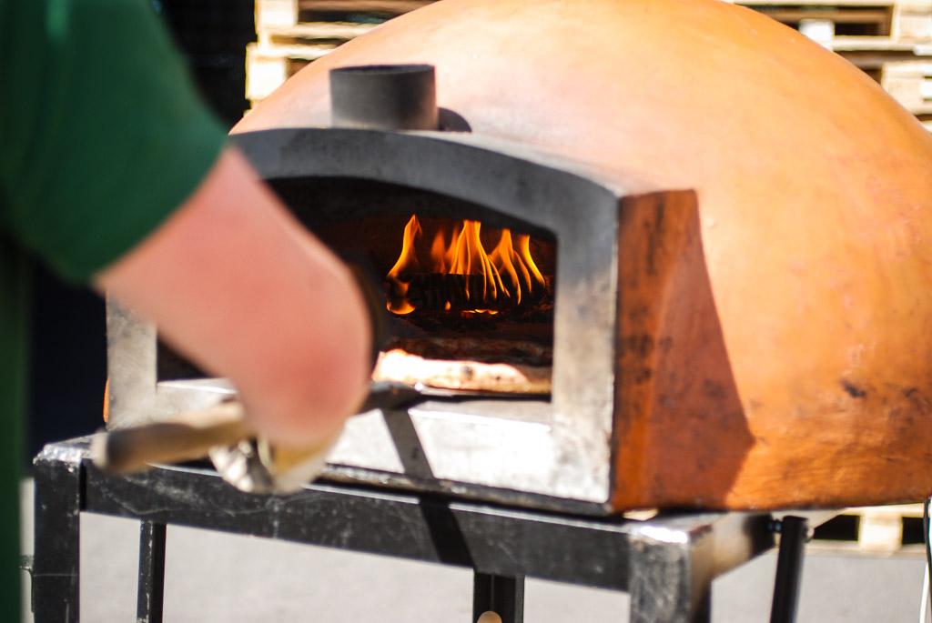 Tikra itališka pica keliauja iš pečiaus.